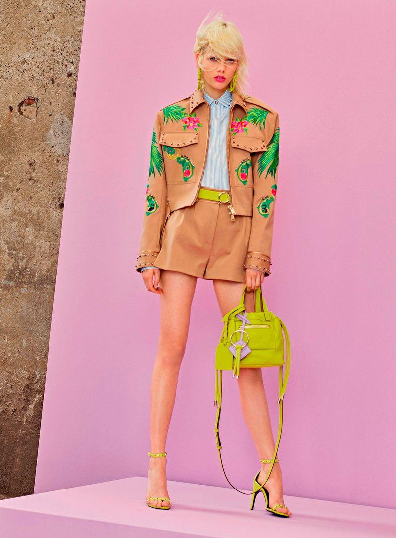 Фото №1: Костюм с шортами от Versace из коллекции Resort 2018