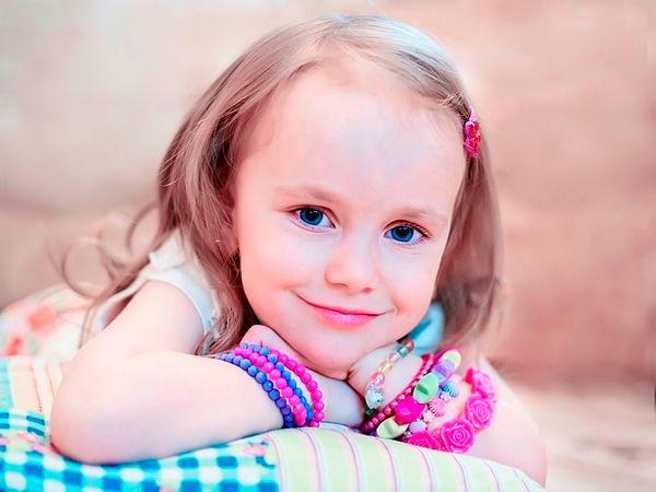 Девочка с браслетами