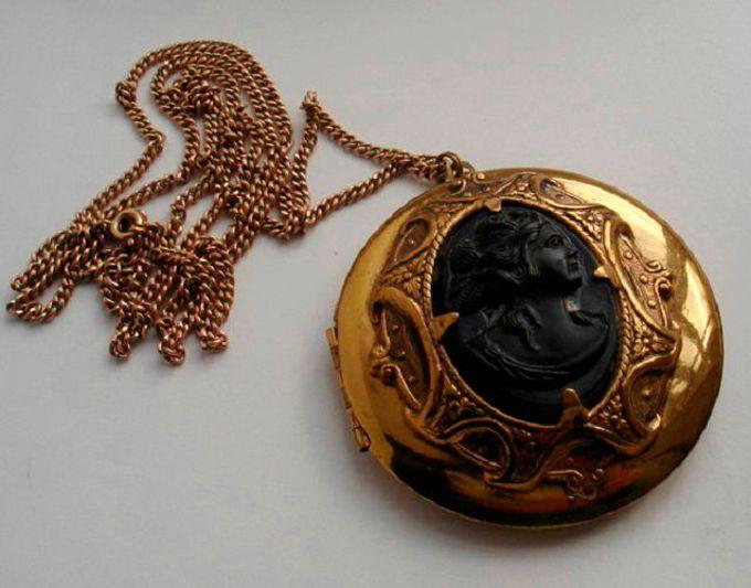 старинный золотой кулон для фото следует носить послеоперационный