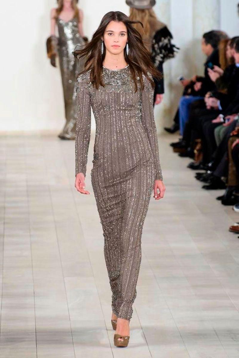 3e3c53e0a35 Изящные серебряные вечерние платья можно увидеть в коллекции Ralph Lauren.  В сезоне осень-зима 2015 2016 этот дизайнер выпустил модели длинных  нарядов