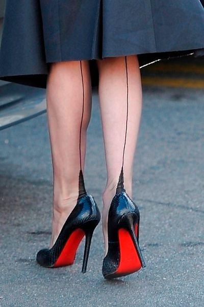 Черные чулки со швом и красным бантиком сзади фото 291-590