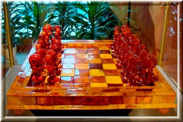 Подарок к 14 февраля: фото янтарных шахмат