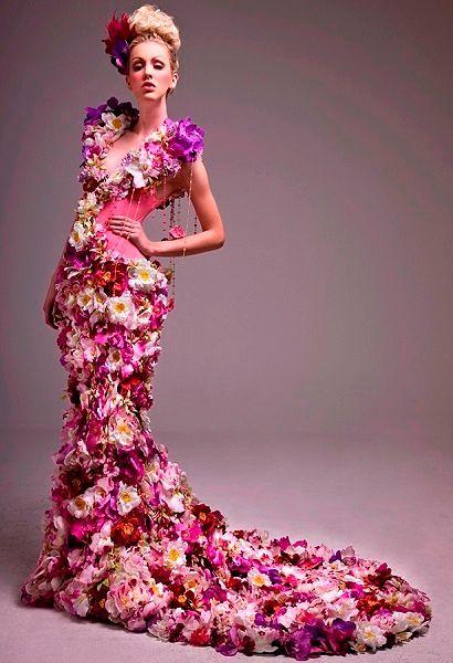 Фото №2: Роскошное платье из живых цветов