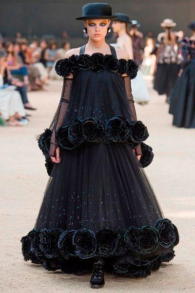 Фото №3: Модель из новой коллекции бренда Chanel