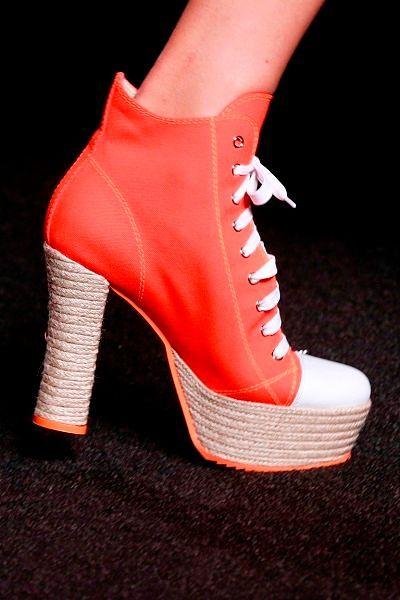 Фото №6: Оригинальные кеды на каблуке от Moschino