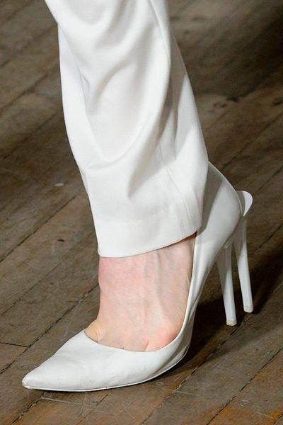 Фото №17: Новые туфли от Helmut Lang имеют два каблука