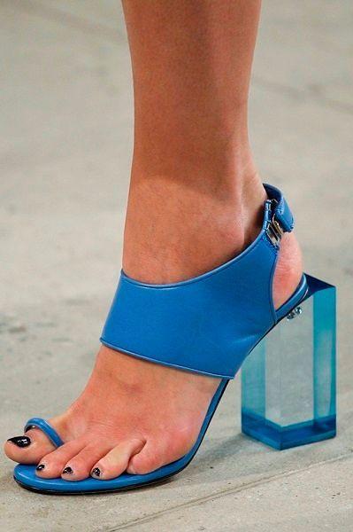 Фото №19: Туфли на необычном каблуке: фото коллекции Prabal Guring