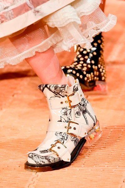 Фото №21: Прозрачные каблуки с декором от Alexander McQueen