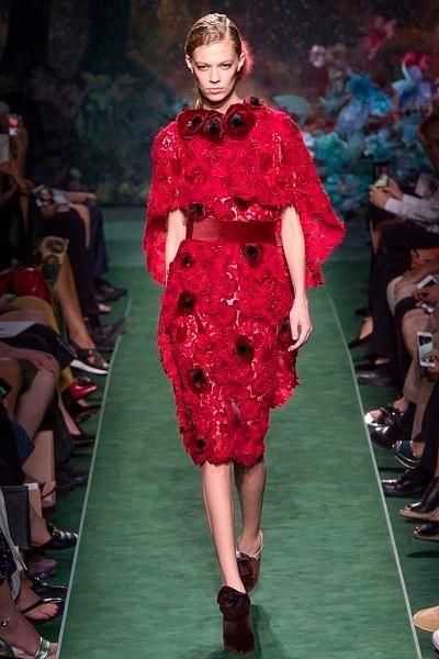 Фото №14: Карл Лагерфельд выбрал благородные оттенки красного