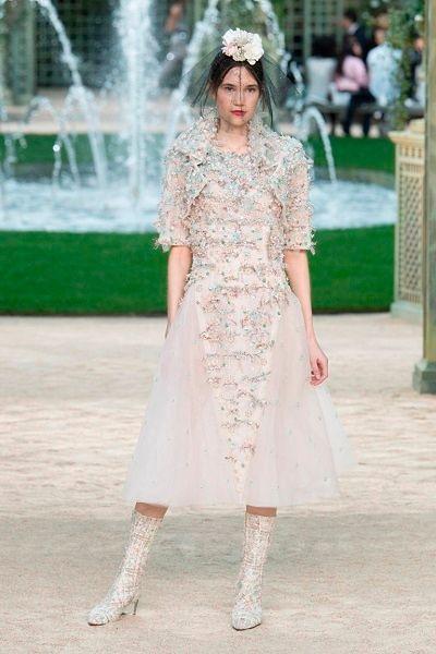Фото №11: Платье из новой кутюрной коллекции Chanel