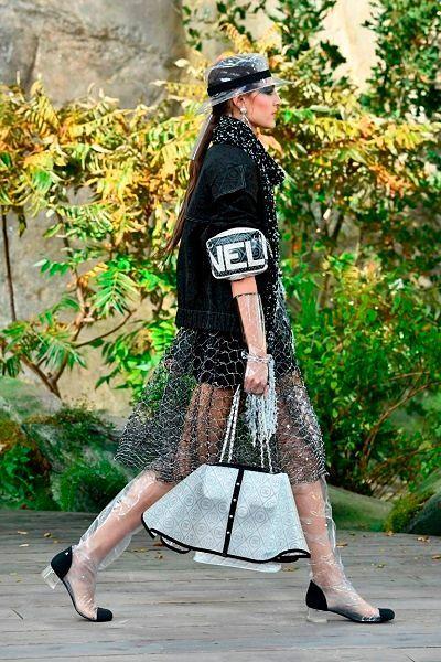 Фото №2: Юбка на сумку на показе Chanel