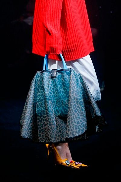 Фото №6: Юбочка на сумку на показе новой коллекции одеждыи аксессуаров бренда Balenciaga