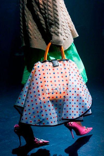Фото №10: Накидка юбочка на сумку на показе бренда Баленсиага