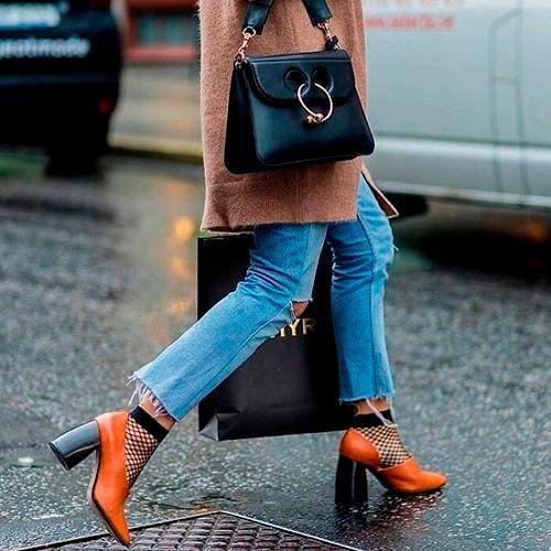 Фото №13: Как модно носить женские носки 2018 с туфлями, фото