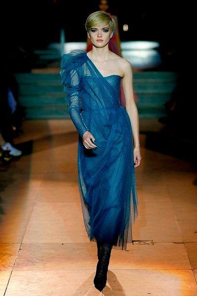 Фото №13: Модели в приглушенных оттенках синего представлены во многих коллекциях