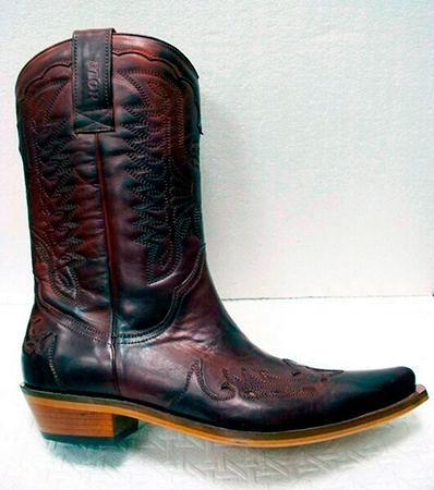 Мужские казаки любят байкеры — эта обувь отлично сочетается с кожаной  одеждой, а также прямыми джинсами. Мужественные и в то же время элегантные  модели ... d3666981b0f