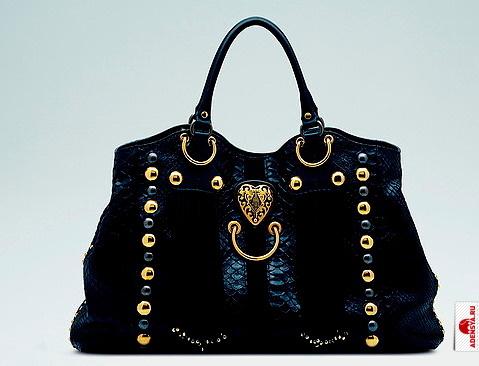 ...сердечко, уменьшенный вариант сердца на браслете.  Черную сумку.