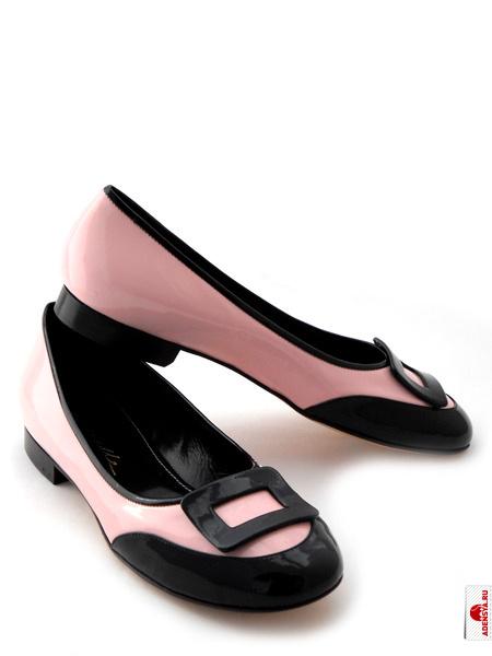 Розовые лаковые балетки с черной пряжкой итальянской марки CARAVELLE.